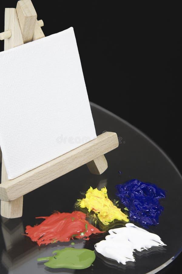 Мини мольберт и пустой белый холст стоковое изображение