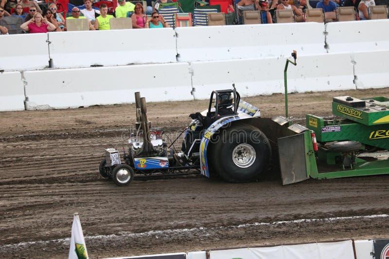 Мини доработанный трактор вытягивая в лужайке для игры в шары, OH стоковое изображение rf