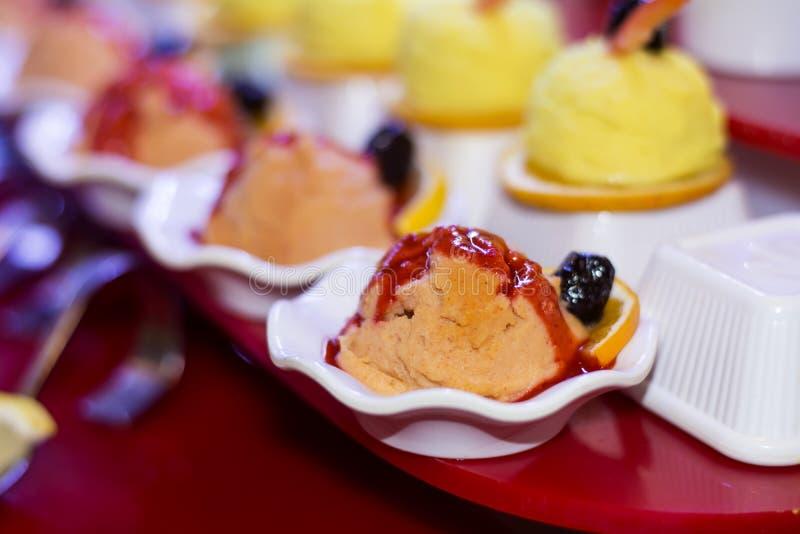 Мини оранжевое мороженое в белой чашке стоковое изображение rf