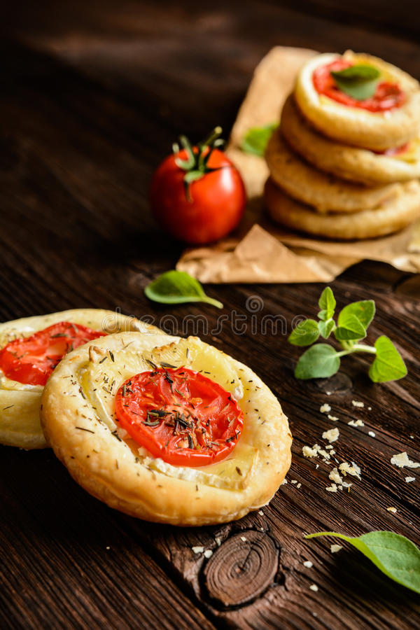 Мини пиццы с камамбером и томатом стоковые фотографии rf