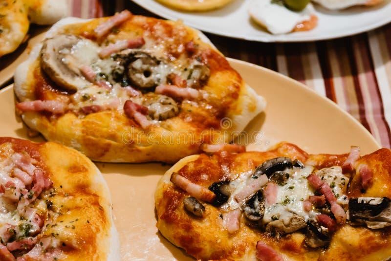 Мини пиццы Margherita стоковые изображения rf