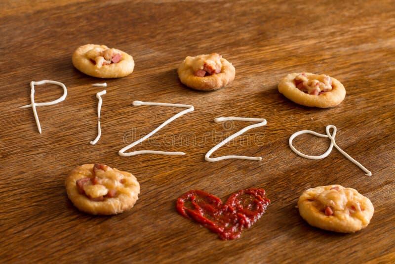 5 мини пицц и письменный текст & x22; pizza& x22; майонеза стоковая фотография rf
