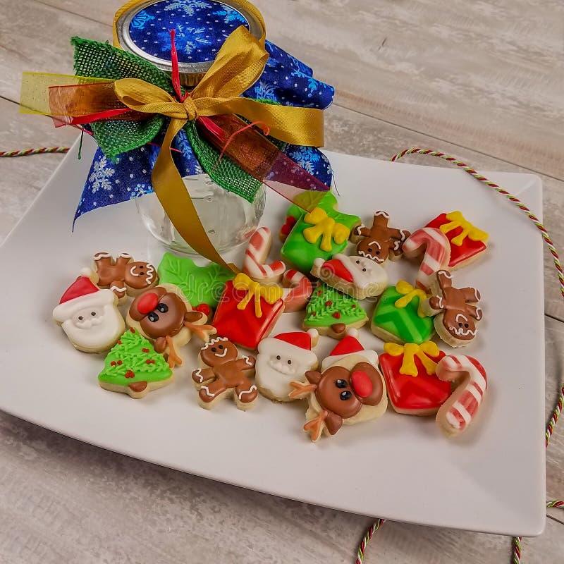 Мини-рождественские сладкие печенья будут празднично отмечать праздники стоковое фото