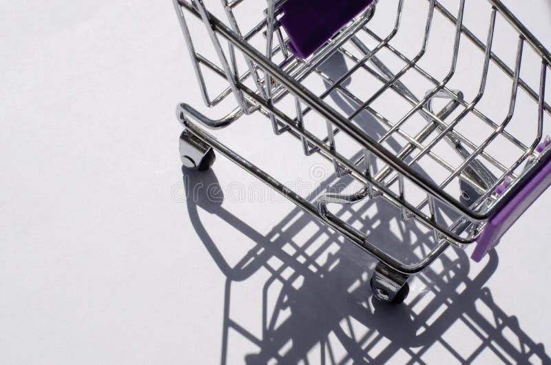 Мини ходя по магазинам автомобиль с трудным освещением и своей тенью стоковое фото