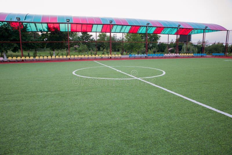 Мини цель футбола на искусственной траве Внутри крытого футбольного поля Мини центр футбольного стадиона стоковое изображение