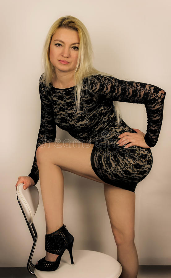 Мини черное платье стоковые фотографии rf