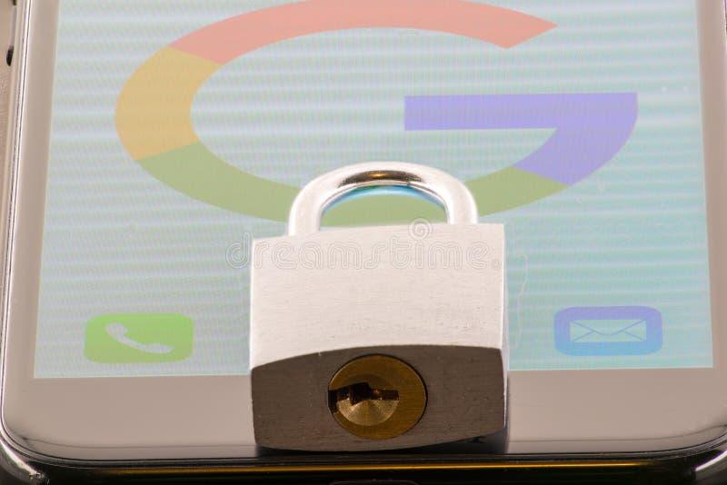 МИННЕАПОЛИС, МИНЕСОТА/США - 10-ОЕ ИЮНЯ 2019: Замок на iPhone с хранителем экрана значка Google - вопросы безопасностью и уединени стоковая фотография