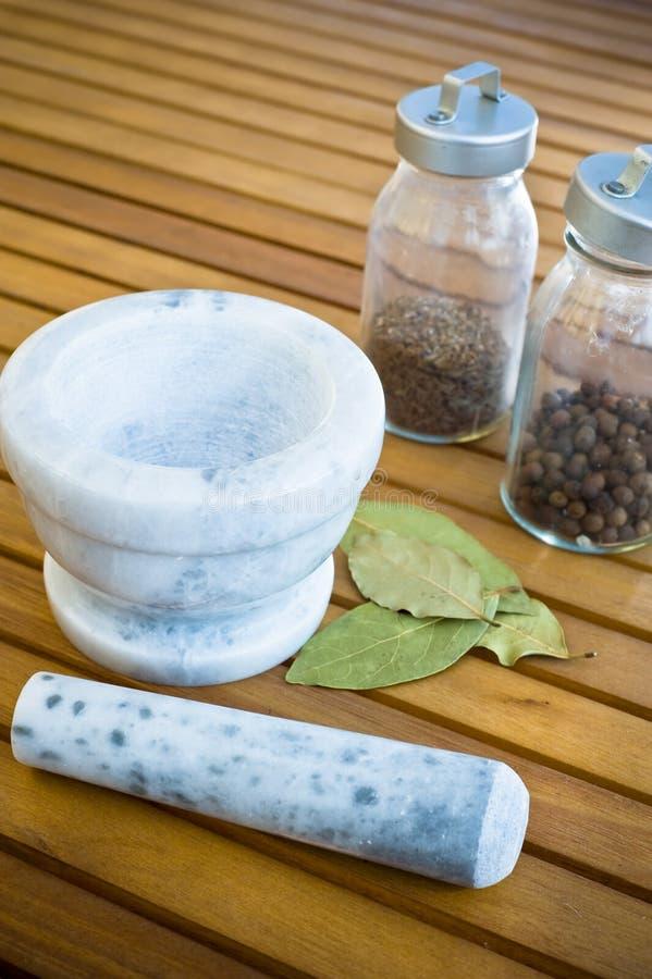 Миномет и специи в стеклянном dishe стоковые фотографии rf