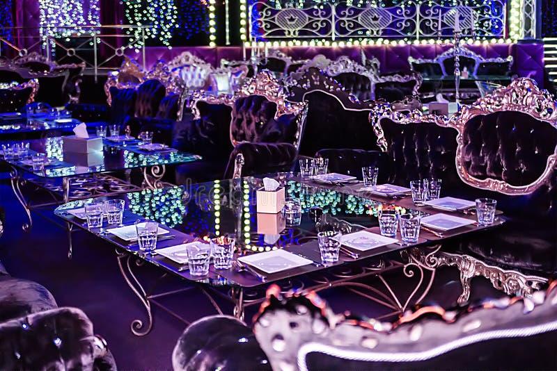 Минск, Беларусь - декабрь 2018 Интерьер ночного клуба Темная атмосфера в клубе стоковая фотография