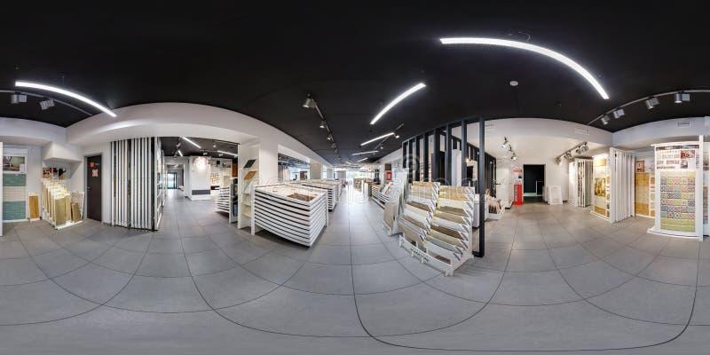 МИНСК, БЕЛАРУСЬ - ИЮНЬ 2017: взгляд угла панорамы 360 во внутреннем современном магазине керамической плитки, bathroom выставочно стоковые фотографии rf