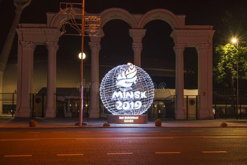 Минск, Беларусь, 9-ое июня 2019 2 европейских игры Светлый шарик с логотипом европейских игр около входа к стоковая фотография rf