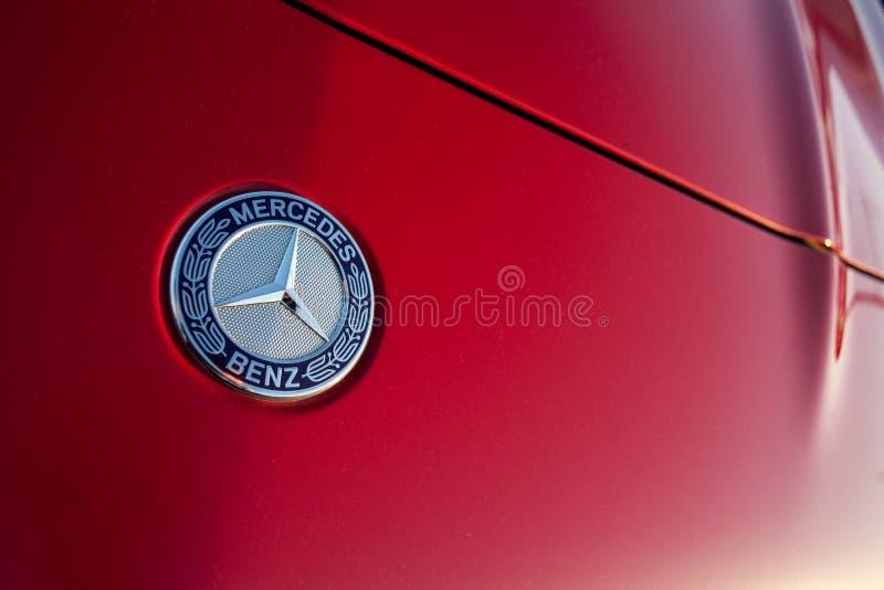Минск, Беларусь, 19-ое мая 2018: Эмблема ` Мерседес-Benz ` на красном клобуке автомобиля стоковые изображения rf
