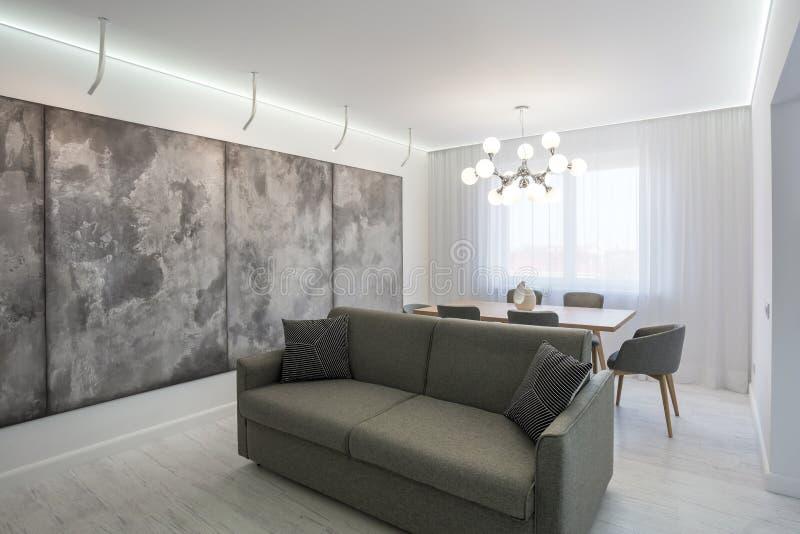 МИНСК, БЕЛАРУСЬ - 21-ОЕ НОЯБРЯ 2016: квартира просторной квартиры залы luxure внутренняя в сером дизайне стиля с софой стоковые изображения rf