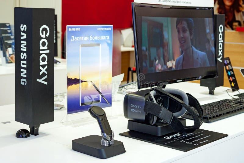 Минск, Беларусь, 1-ое сентября 2018: Шестерня VR Samsung прибор виртуальной реальности стекел мобильный на стойке галактики Samsu стоковое фото