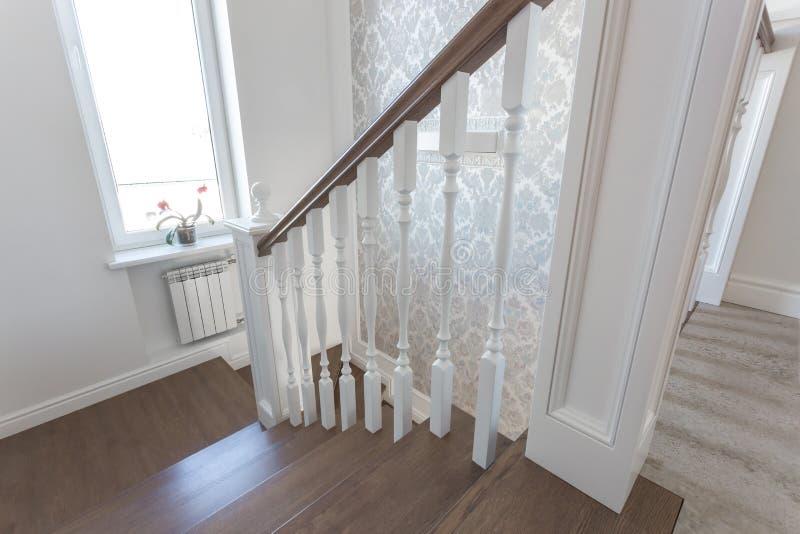 МИНСК, БЕЛАРУСЬ - ЯНВАРЬ 2019: деревянная винтовая лестница в ярком интерьере в доме каникул стоковая фотография rf