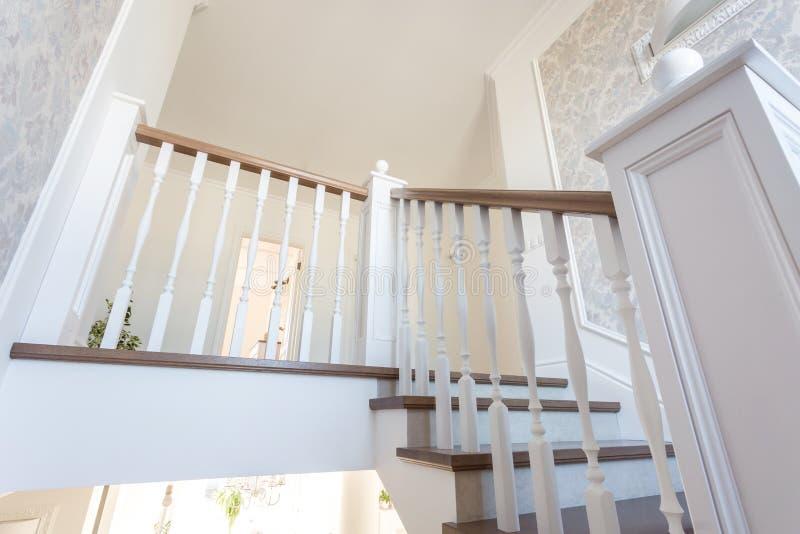 МИНСК, БЕЛАРУСЬ - ЯНВАРЬ 2019: деревянная винтовая лестница в ярком интерьере в доме каникул стоковые фото