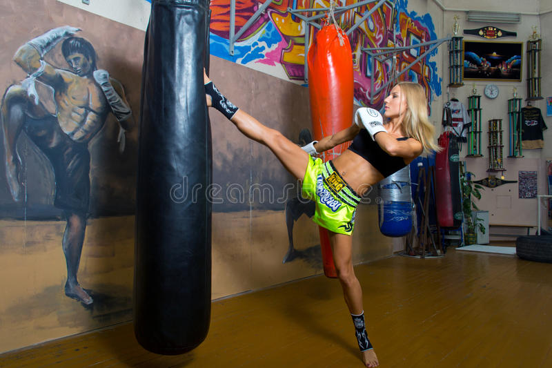 Минск, Беларусь - 2-ое августа 2013: Катрин Vandareva - множественный мир и европейский чемпион в тайском боксе и Muaythai во вре стоковое фото rf