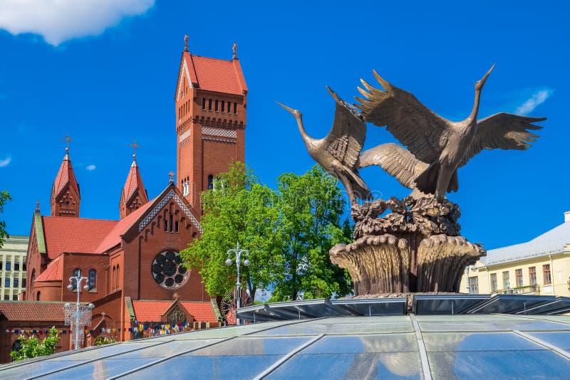Минск, Беларусь - 24-ое мая 2017: Церковь St Simon и Helena и скульптура аистов стоковые изображения