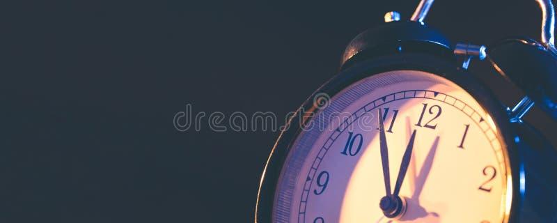 5 минут к полночи на ретро сетноых-аналогов часах стоковая фотография