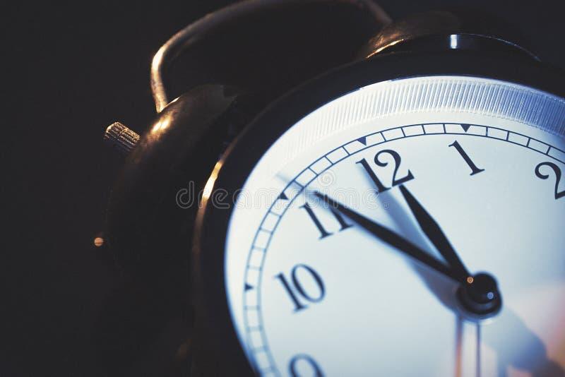 5 минут к полночи на ретро сетноых-аналогов часах стоковая фотография rf