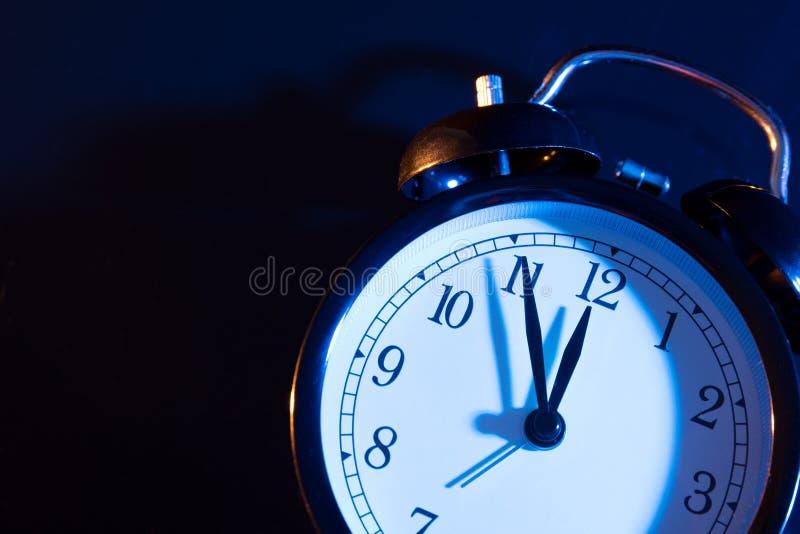 5 минут к полночи на ретро сетноых-аналогов часах стоковые фото