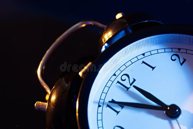 5 минут к полночи на ретро сетноых-аналогов часах стоковое фото