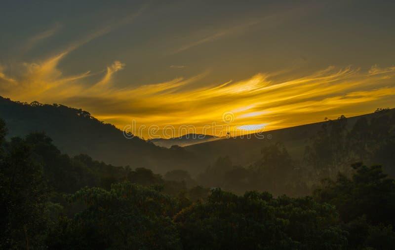 Мины Gerais Бразилия горы Mantiqueira восходящего солнца стоковое изображение rf
