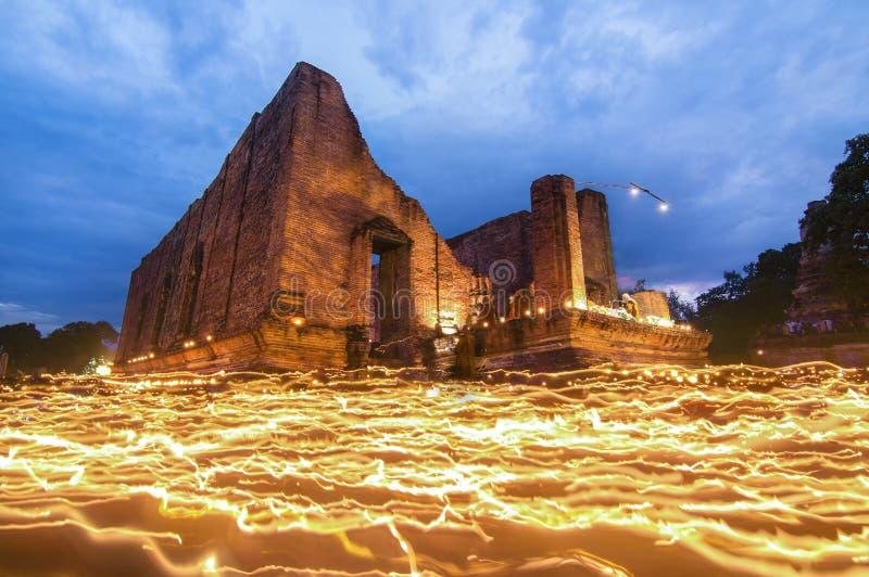 Миражируйте светлую двигающ вокруг статую Будды на день bucha Makha стоковые изображения