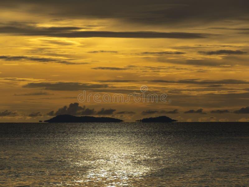 Мираж или реальность? изумительный заход солнца на пляже Haad Yao стоковые изображения