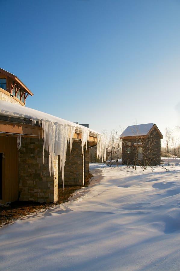 Мирная деревня покрыла снег 2 стоковая фотография rf