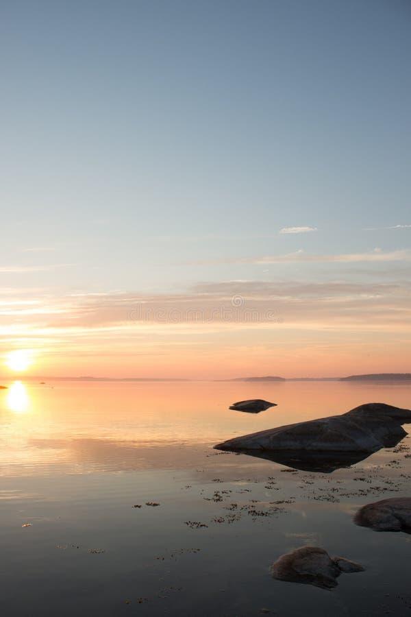 Мирная скандинавская береговая линия на восходе солнца стоковое изображение