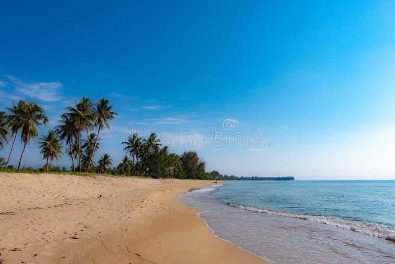 Мирная сцена пляжа в Таиланде, экзотических тропических ландшафтах пл стоковые изображения rf