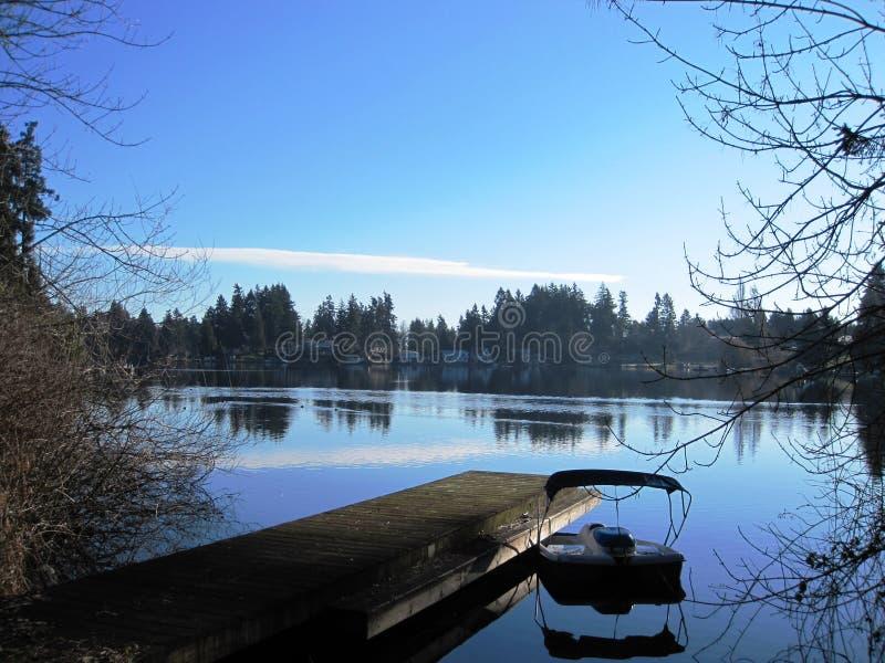 Мирное время озером стоковая фотография rf