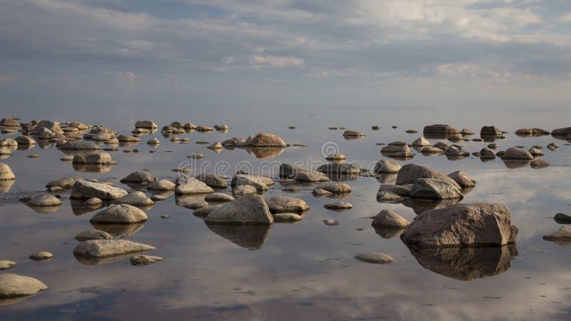 Мирный вечер на береге скалистого моря стоковое изображение