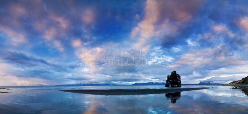Мирный взгляд Атлантического океана на зоре Место Hvitserkur положения, полуостров Vatnsnes, Исландия, Европа Сценарное изображен стоковые изображения rf