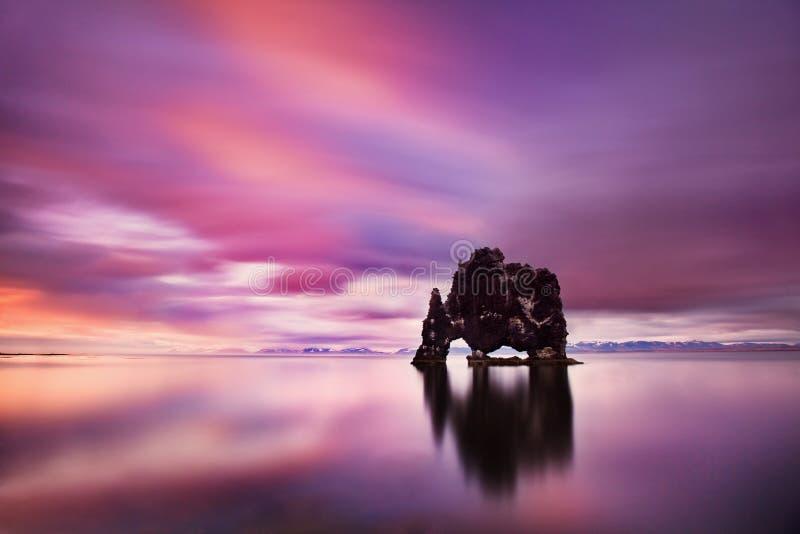 Мирный взгляд Атлантического океана на зоре Место Hvitserkur положения, полуостров Vatnsnes, Исландия, Европа Сценарное изображен стоковые фото