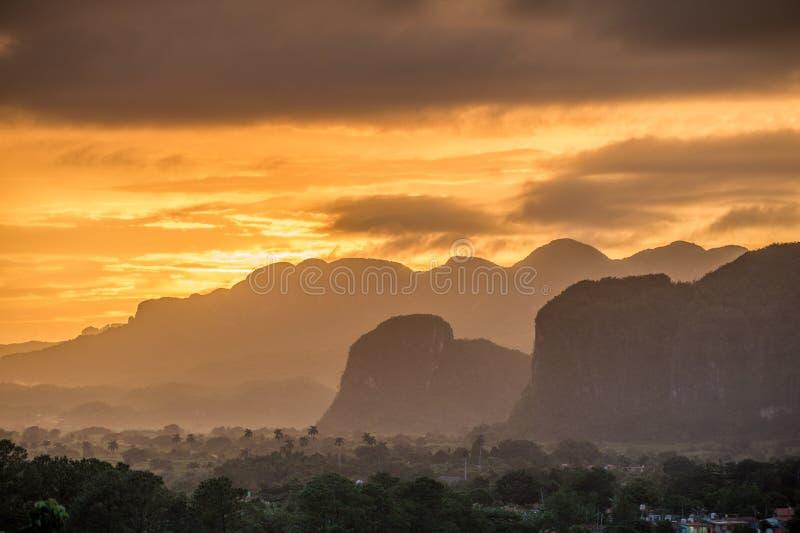Мирный взгляд долины Vinales на восходе солнца Вид с воздуха долины Vinales в Кубе Сумерк и туман утра Туман на зоре в th стоковое фото