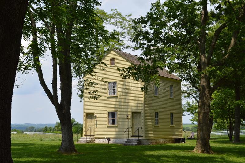 Мирный желтый дом стоковое изображение rf