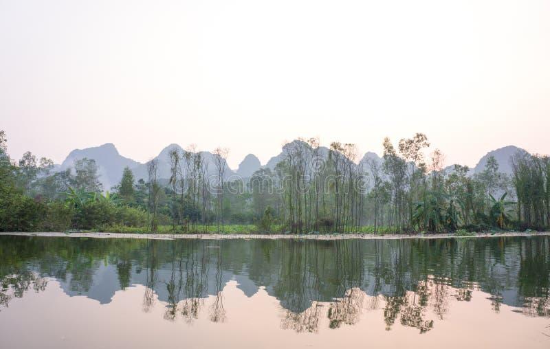 Мирный заход солнца в реке стоковые изображения rf