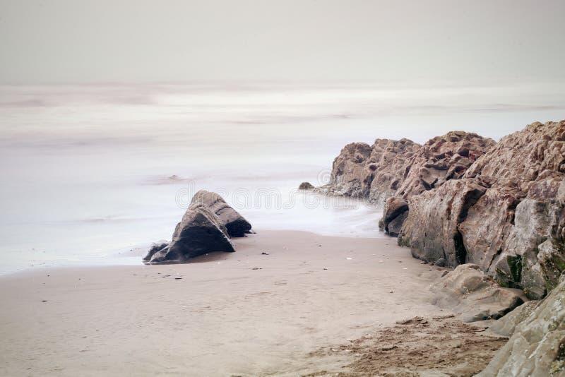 Мирный заход солнца на пляже океана в Сан-Франциско стоковые изображения
