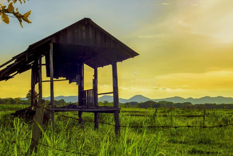 Мирный сельский дом на сельской местности пейзаж сельского района на времени захода солнца вечера создал расслабляющее чувство стоковое фото rf
