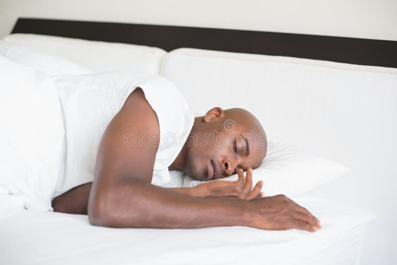 Мирный человек спать в кровати стоковое фото rf