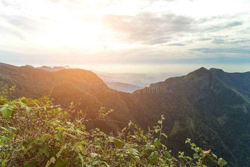 Миры леса облака захода солнца горных пиков кончают парк Шри-Ланка стоковые фотографии rf