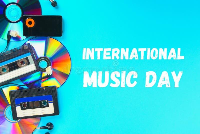 Мир, международный день музыки Концепция развития музыки Кассета, Компактный диск-диск, mp3 плэйер Год сбора винограда и современ стоковые фотографии rf