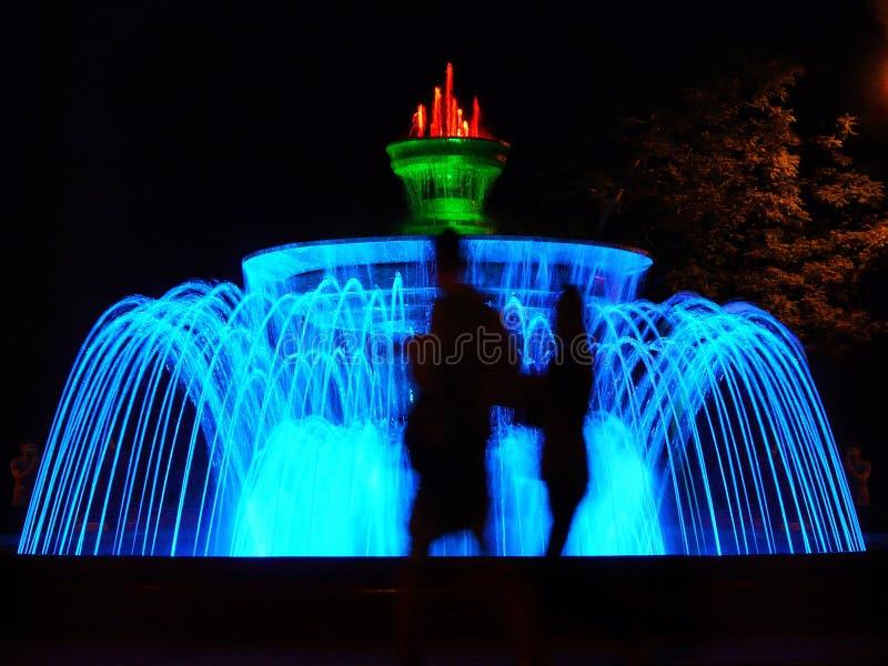 Мистическая голубая предпосылка фонтана пестротканых струй воды стоковое изображение