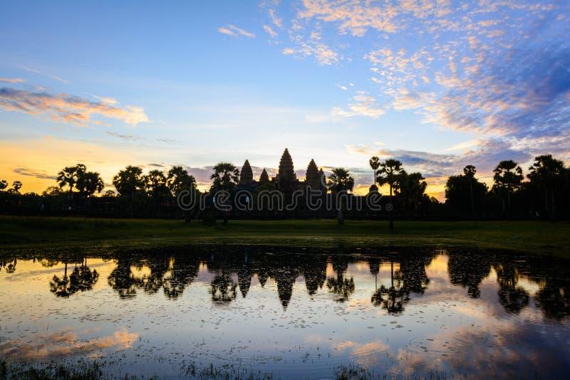 Мистический восход солнца на виске Angkor Wat, Камбодже стоковое фото rf