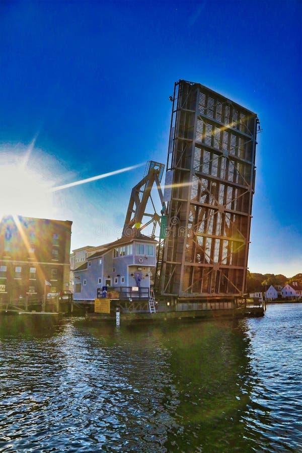 Мистический заход солнца Коннектикута перекидного моста стоковые фотографии rf
