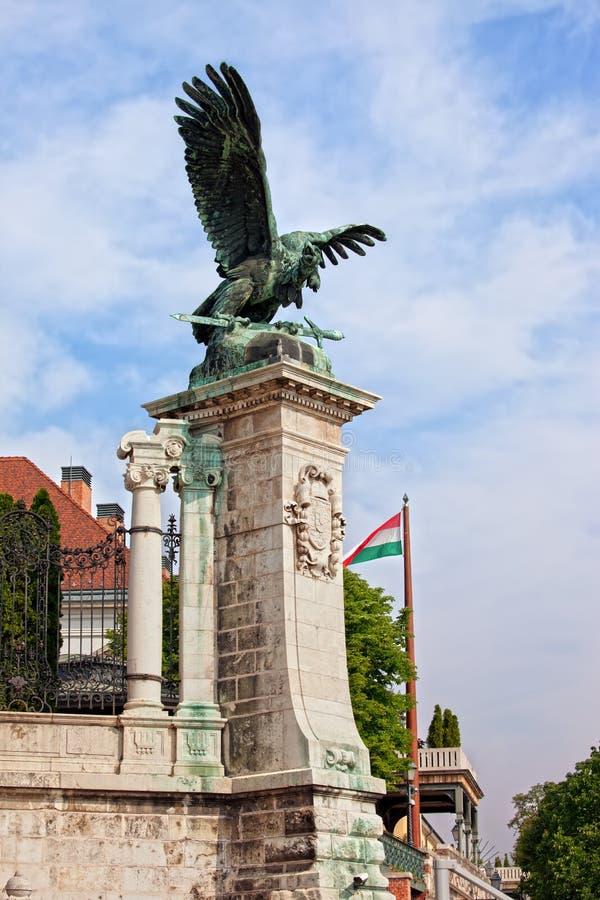 Мифическая статуя птицы Turul в Будапеште стоковое фото