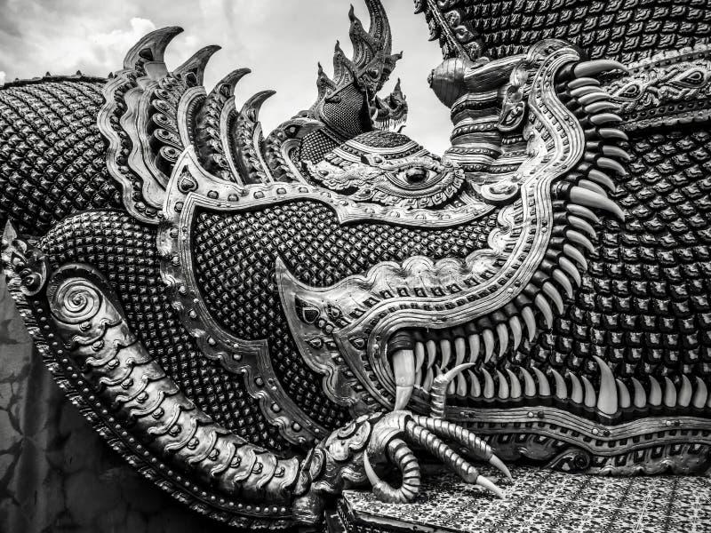 Мифические буддийские деталь и конец твари вверх с большими зубами и большими когтями на Wat Banden в Таиланде стоковая фотография rf