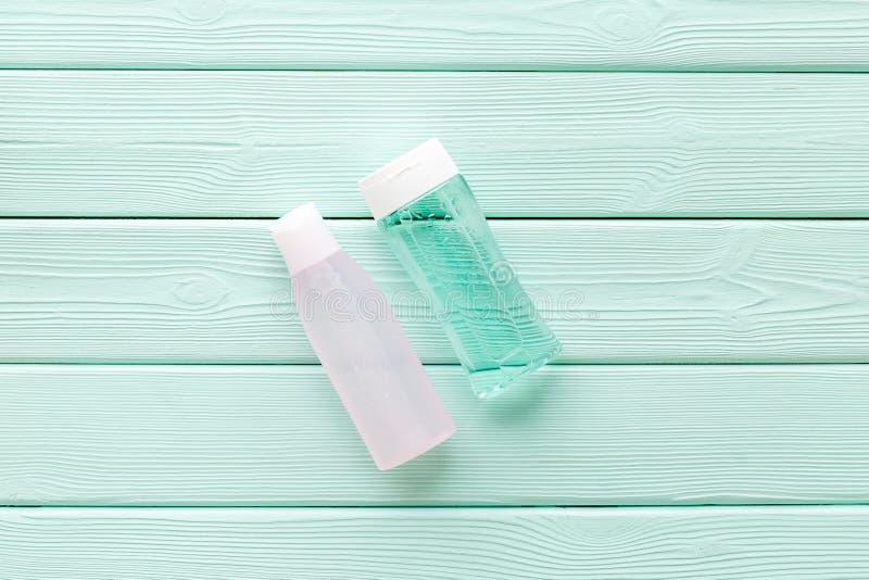 Мицелиальная вода, лосьон для заботы кожи на космосе зеленой деревянной предпосылки мяты плоском положенном для текста стоковое фото